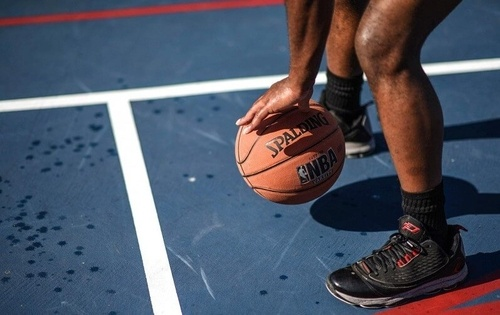 Tư thế cầm bóng chuẩn bị nhồi bóng ném rổ