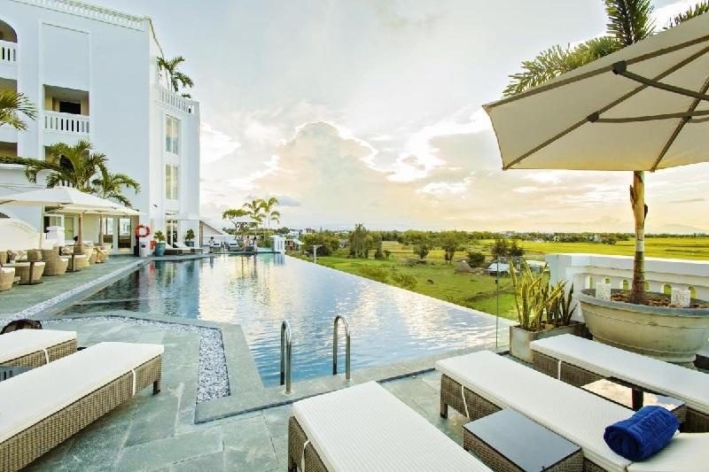 Hồ bơi là tiện ích quan trọng tại khách sạn hiện nay