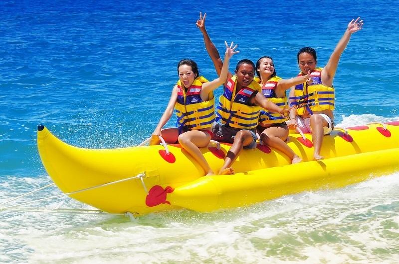 Môn lướt phao chuối được nhiều bạn trẻ yêu thích