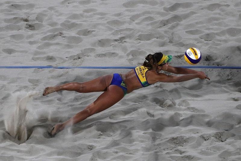 so sánh bóng chuyền bãi biển và trong nhà