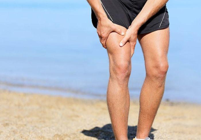 Vận động mạnh, liên tục dễ bị rách cơ bắp chân