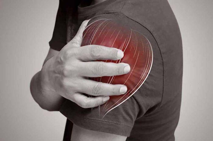 Cơ, gân bắp tay căng hoặc rách khi bị chấn thương